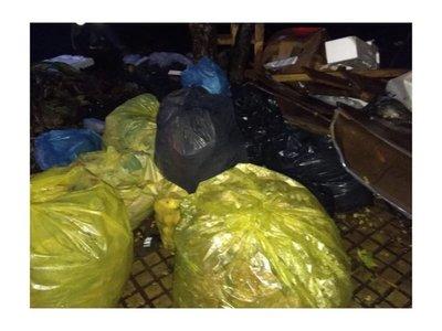 Cierran Cateura y carriteros tiran donde sea sus basuras