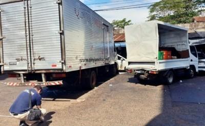 Camión pierde el control y lleva cinco vehículos por delante