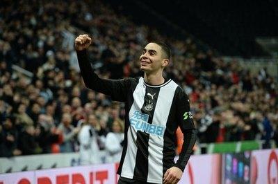 Con Almirón como figura y goleador, Newcastle avanza en la FA Cup
