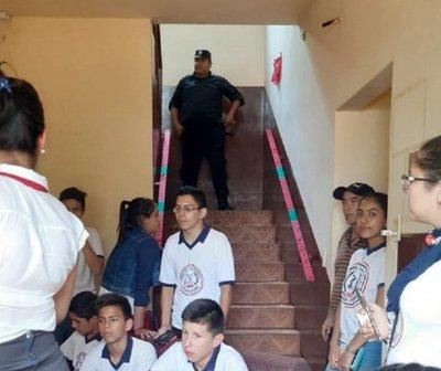 Alumnos toman Municipalidad de Otaño en medio de incidentes