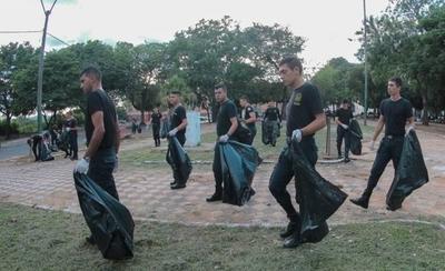 HOY / Todos contra el dengue: 150 policías limpian plazas, Costanera y alrededores