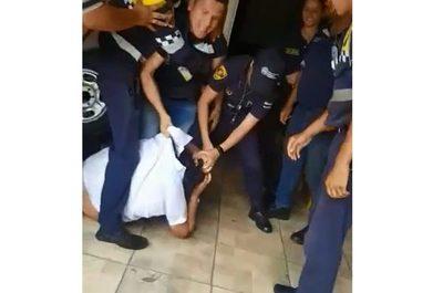 Kelembu quiso llevarse una moto a la fuerza y agentes de PMT lo sometieron a golpes