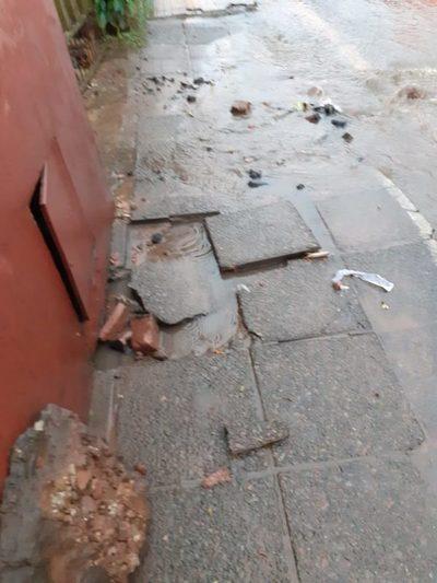 Rompieron asfalto y también su vereda ¿a quién reclama?