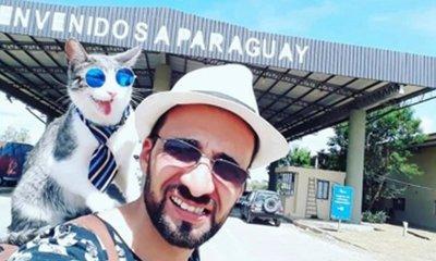 Bella, el gatito aventurero que recorre Paraguay en el hombro de su dueño