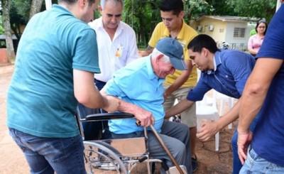 Comuna entregó sillas de ruedas a personas con discapacidad