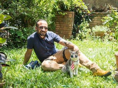 Bella, el gato mochilero que se aproblemó en Paraguay