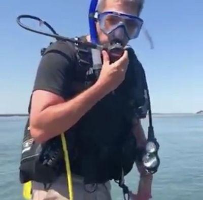 Marito graba tutorial de buceo en aguas del Río Paraná