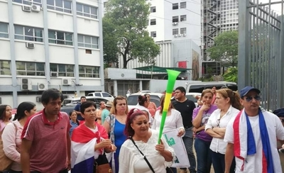 HOY / En epidemia de dengue, funcionarios se manifiesta en rechazo por recorte de beneficios