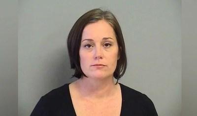 Arrestan a profesora que había citado a un alumno a su casa para tener un trío con ella y otra docente