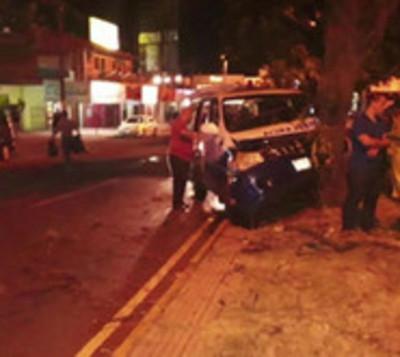 Ambulancia que trasladaba un féretro chocó contra un árbol