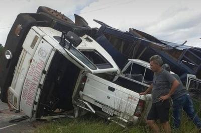 HOY / Camión de la Policía choca: cuatro caballos mueren al instante, 2 agentes heridos