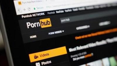 Insólito: Hombre sordo demandó a una página porno por no tener videos con subtítulos