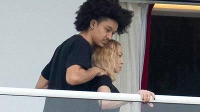 Madonna desata polémica tras ser vista con un joven 36 años menor que ella