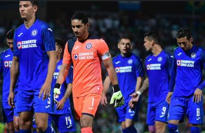 Otra dura derrota del Cruz Azul de los paraguayos Escobar y Aguilar