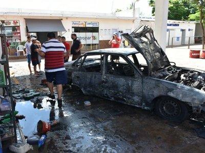 Incendio de auto en una gasolinera causa susto en Caaguazú