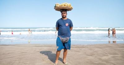 Chipero paraguayo tiene éxito en playa argentina