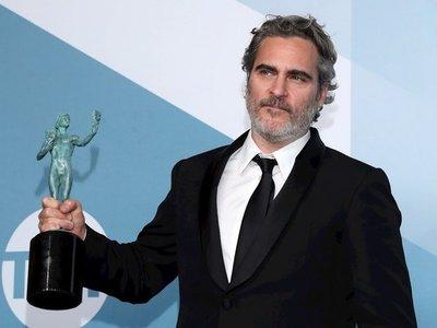 Joaquín Phoenix rinde homenaje a Heath Ledger en los SAG Awards