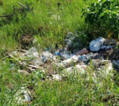Baldío con basuras y malezas en Luque