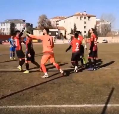 ¡Video viral! Arquero turco paró dos penales, pero se adelantó y lo expulsaron