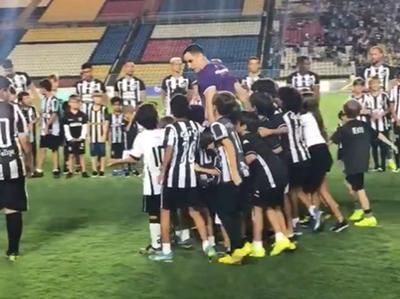 Gatito es ídolo de los pequeños hinchas del Botafogo