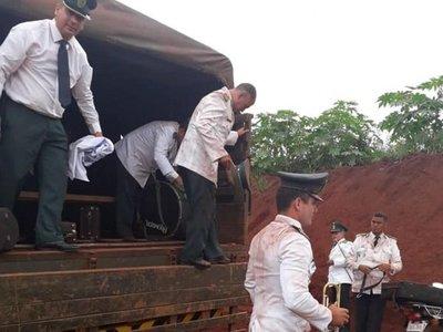 Músicos militares llegaron llenos de polvo a inauguración de puente