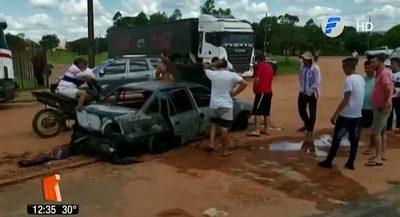 Automóvil arde en llamas en surtidor y causa gran susto