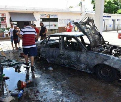 Vehículo ardió en llamas mientras cargaba combustible