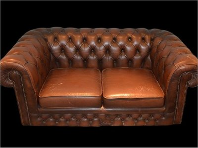 Hombre compra sofá usado y descubre miles de dólares adentro