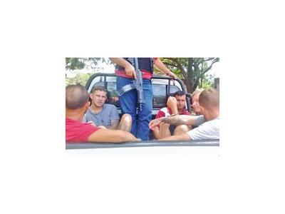 Detienen a cinco personas armadas