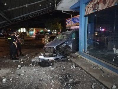 """Giro en """"U"""" de taxista causa choque y destrozos"""