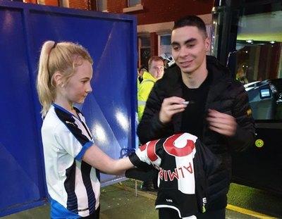 Miguel Almirón y un loable gesto con una fanática del Newcastle