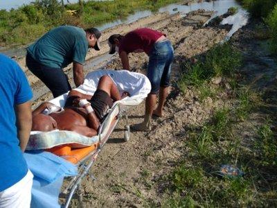 Trasladaron 6 km en camilla a un enfermo por falta de caminos