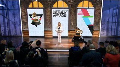 Expresidenta de premios Grammy demanda por discriminación y acoso sexual