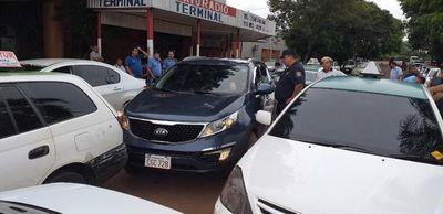 """Taxistas hacen operativo """"corralito"""" contra Uber y MUV"""