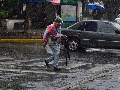 Lluvias dispersas y ambiente caluroso para este jueves