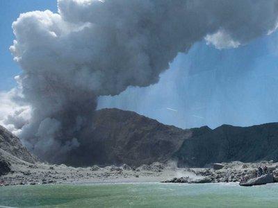 Elevan a 20 los muertos por erupción de volcán en Nueva Zelanda