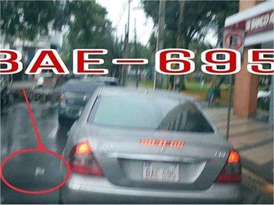 Multan a ciudadano por tirar basura desde un vehículo