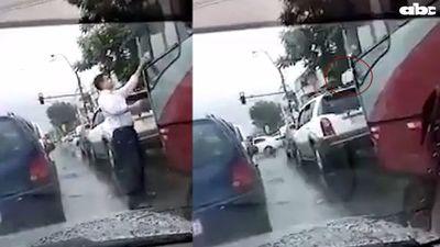 Multado por arrojar basura a la calle desde un vehículo y otros no aprenden