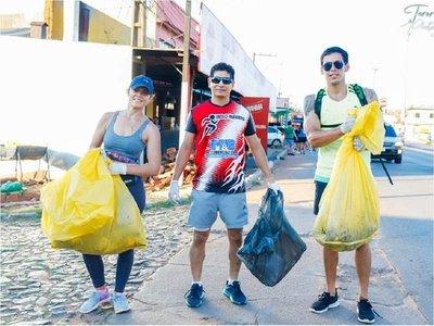 Jóvenes de Coronel Oviedo juntan la basura corriendo