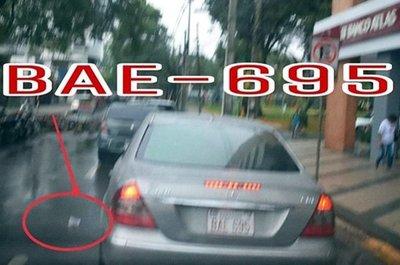 Policía ambiental de Encarnación multa a un hombre por tirar basura desde un vehículo