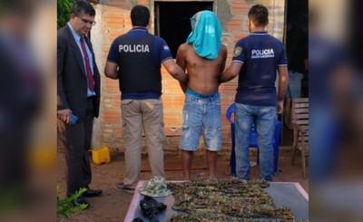 Incautan uniformes tácticos y detienen a un prófugo por homicidio
