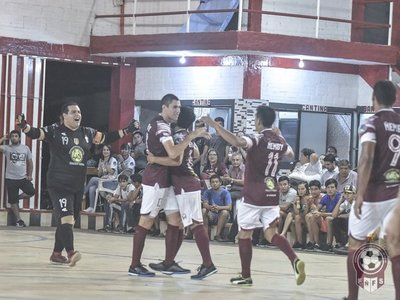 El campeón golea en su debut
