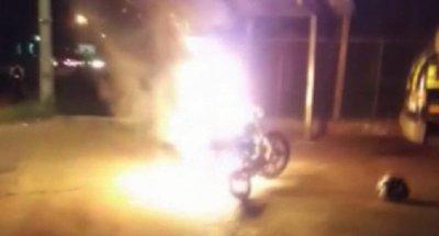 Prendió fuego su moto para que no la lleven al corralón