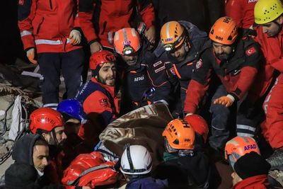 Buscan supervivientes entre los escombros tras sismo que dejó 22 muertos