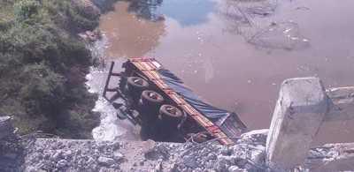 Un camión de carga cae al río Aquidabán