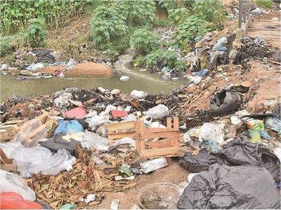Costas de Asunción vuelven a ser un basural propicio para el dengue