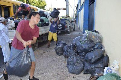 San Antonio: vecinos protestaron llevando su basura a la Municipalidad