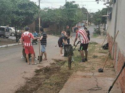Dengue: Vecinos realizan minga ambiental en barrio Roberto L. Petit