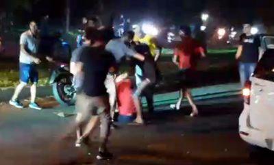 Motociclistas agreden a golpes a un conductor