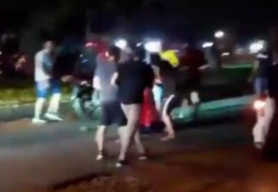 Atropelló a un motociclista, trató de ayudarlo y terminó linchado